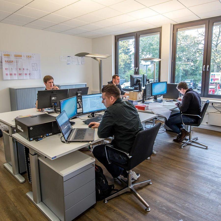 FH-Finnholz-Team-im-Büro